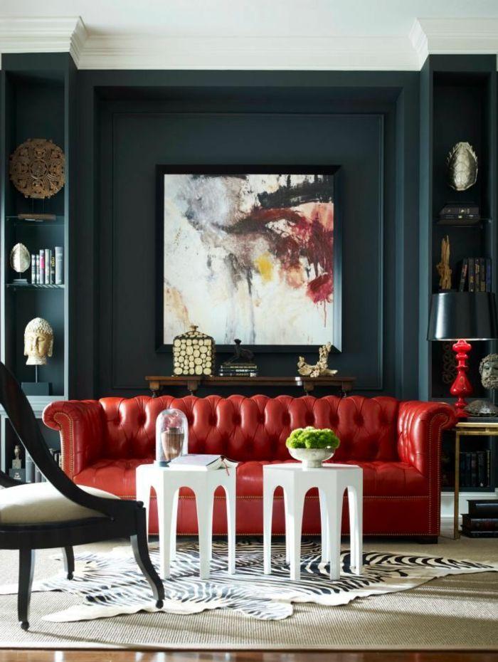 Rotes Sofa Wohnzimmer Weiße Beistelltische Fellteppich