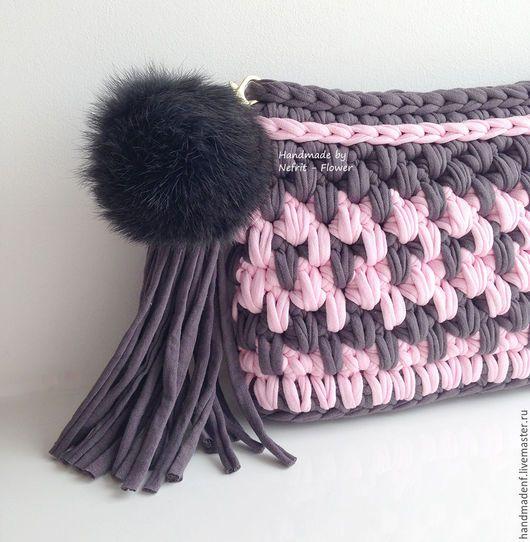 Женские сумки ручной работы. Вязаный клатч с помпоном из меха
