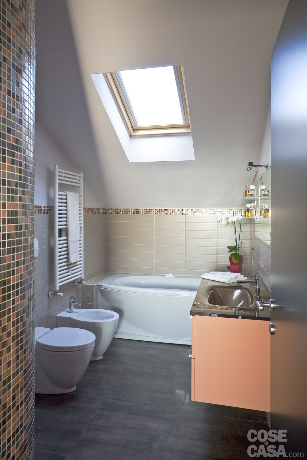 Casa in mansarda con le soluzioni giuste per gli spazi bassi mansarde pinterest attic - Bagno in mansarda ...