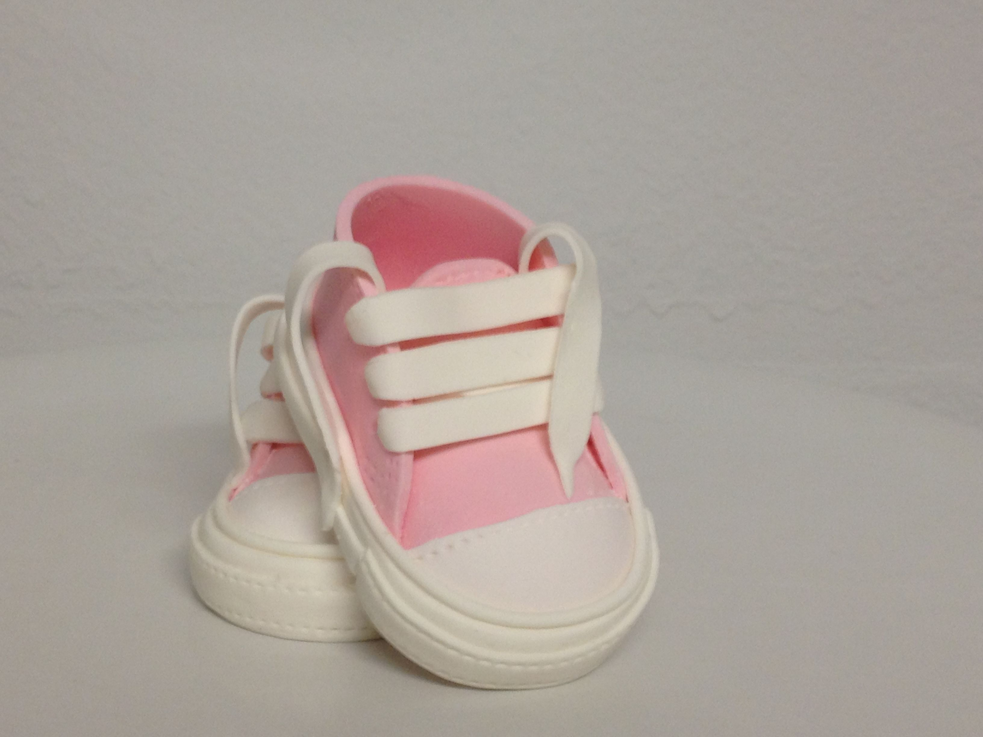 baby girl tennis shoes, sugar baby shoes, sugar baby tennis shoes, gum paste baby tennis shoes , gum paste pink shoes, gum paste pink baby shoes,cake topper, Zapatitos de bebe hechos de azucar