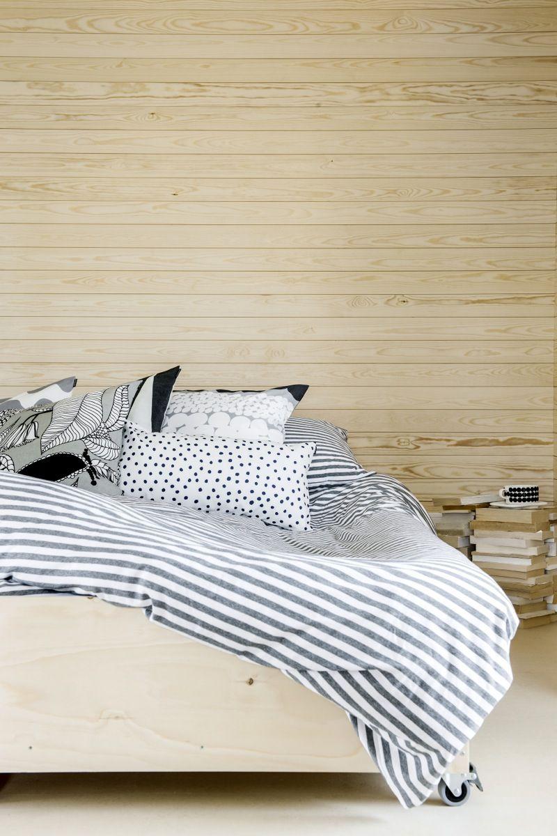 Tässä olohuoneessa on epätavallisesti käytetty puuta materiaalina lattian sijaan seinillä. Sopii myös sävysävyyn sängyn rungon kanssa. #netrautalikes #makuuhuone #puu