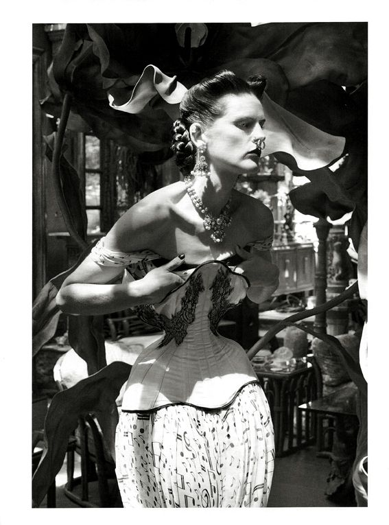 cb2e0c4dc1 vogue-italia-steven-meisel-corset-gabriel-moginot