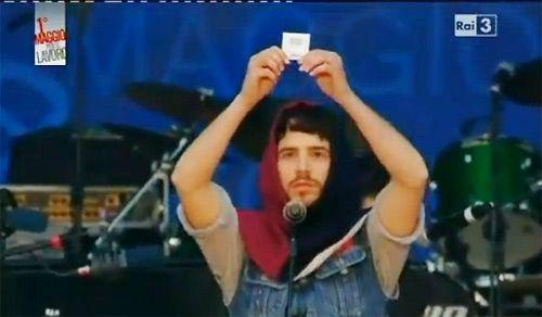 Roma, concerto del 1 maggio: dissacrazione del gesto Eucaristico con un preservativo