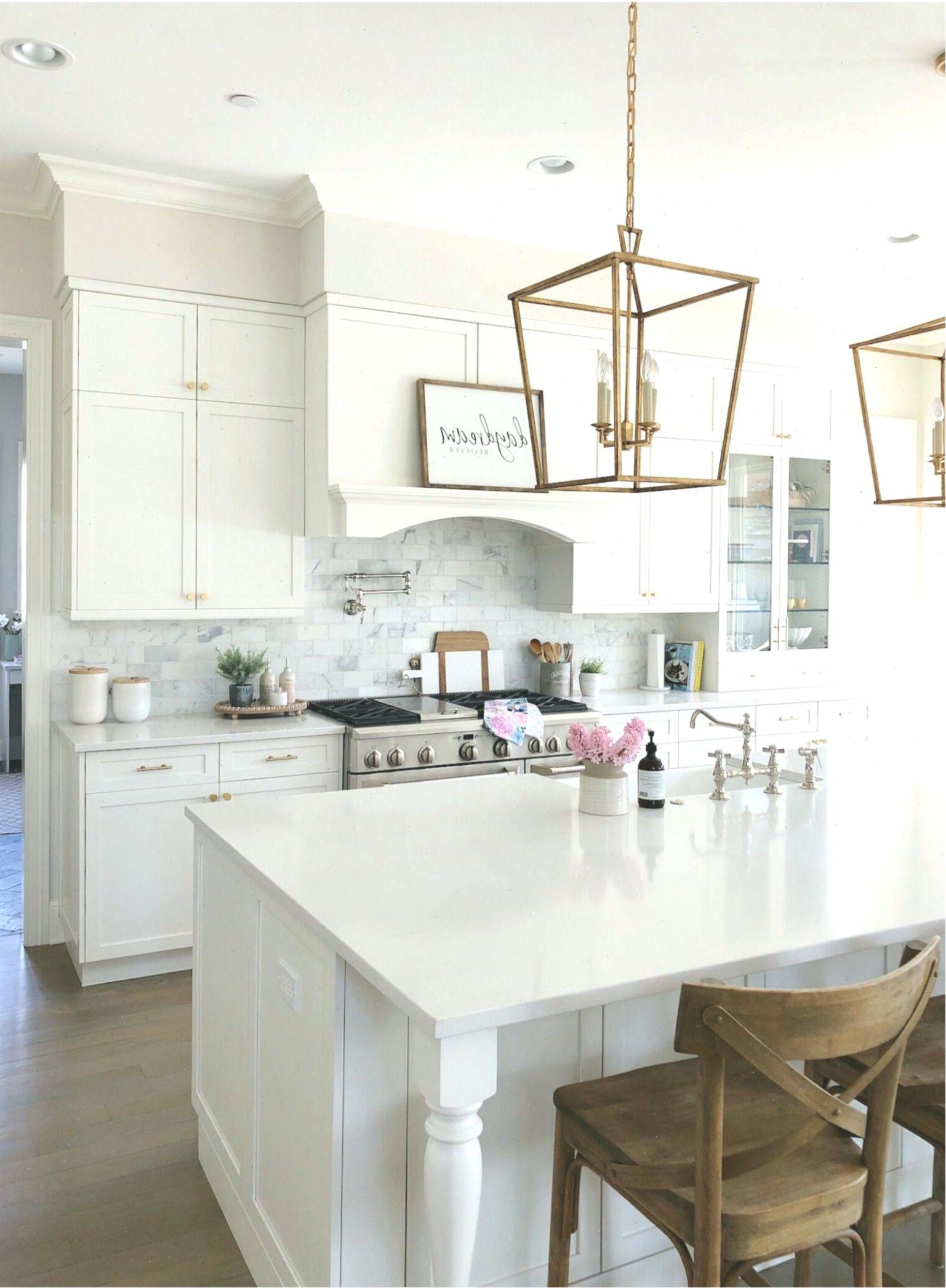 Weisse Kuche Mit Quarzzahlern Holzhockern Messinglaternen Bauernspule In 2020 Kitchen Farmhouse Kitchen Kitchen Design