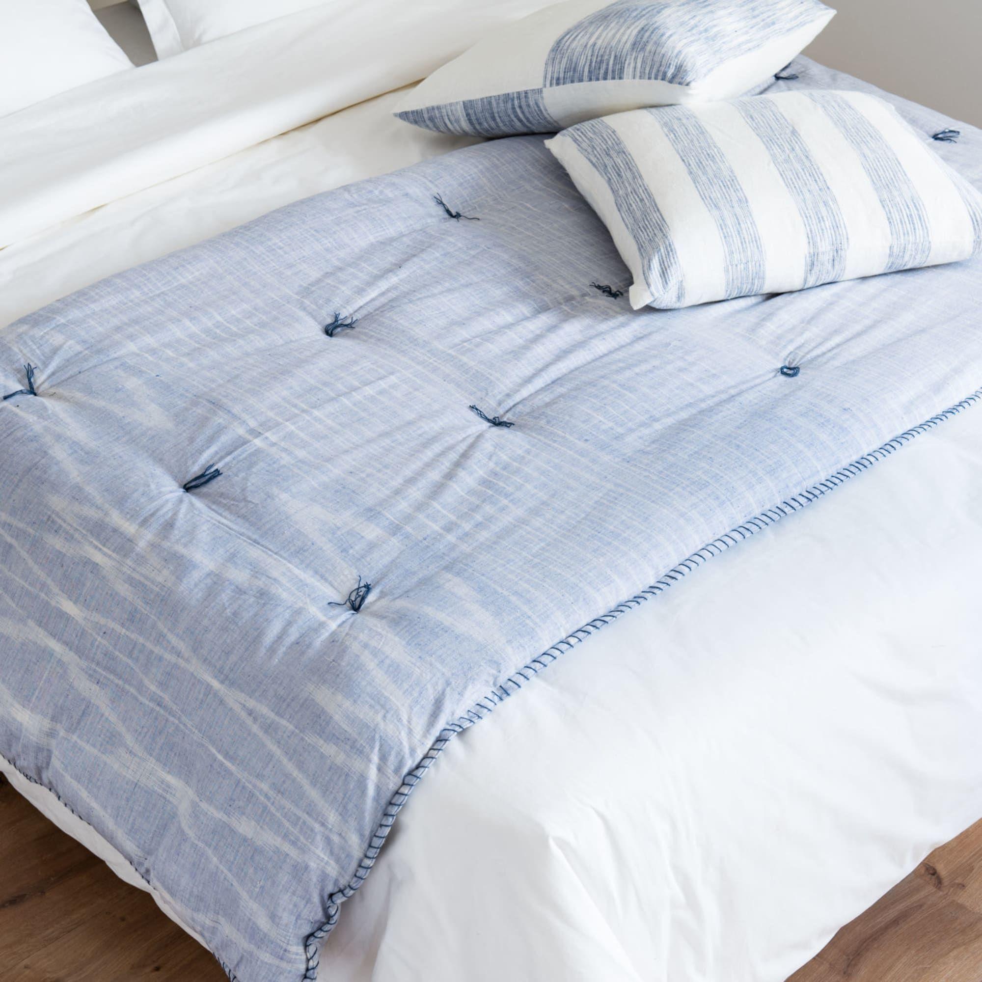 Boutis En Coton Bleu Motifs Graphiques Blancs 100x200 Drap Blanc Mobilier De Salon Et Maison Du Monde