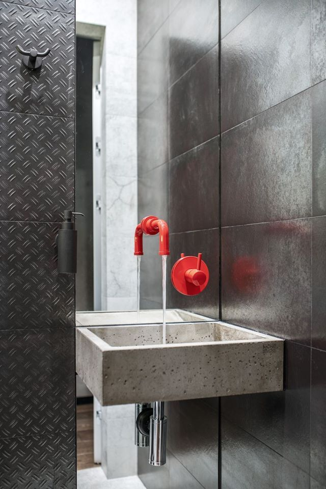 Modernes Badezimmer mit rotem Wasserhahn #badezimmer #bad ...