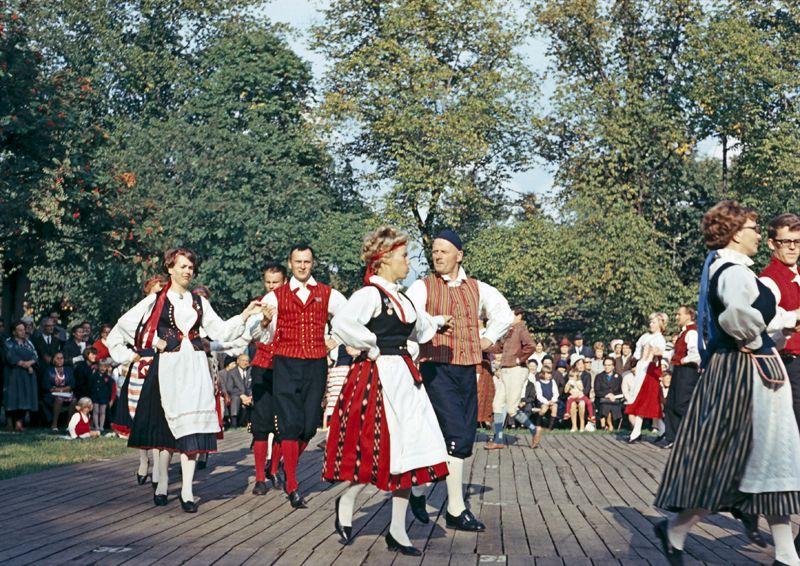 Kansantanssiesitys Kansallismuseon pihalla vuonna 1966. Kuva: Helsingin kaupunginmuseo/Constantin Grünberg