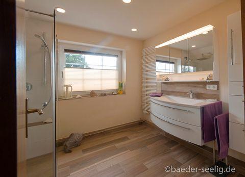 Badezimmer mit großer Dusche . BodenFliesen in Holzoptik