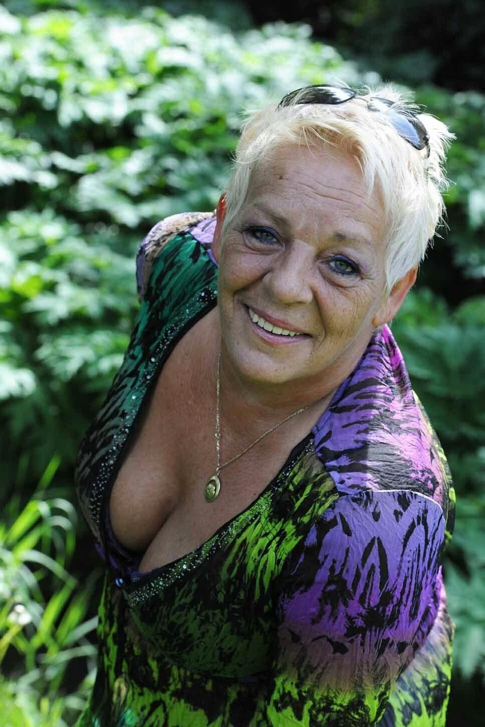 milf huge cleavagetures
