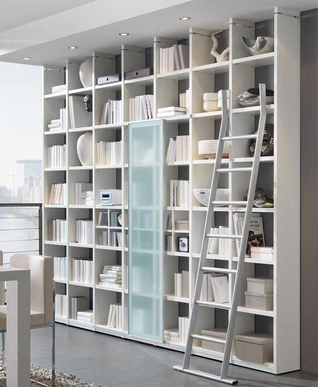 Das Bild zeigt ein Hyper Bücherregal mit Leiter und Schiebetür ...