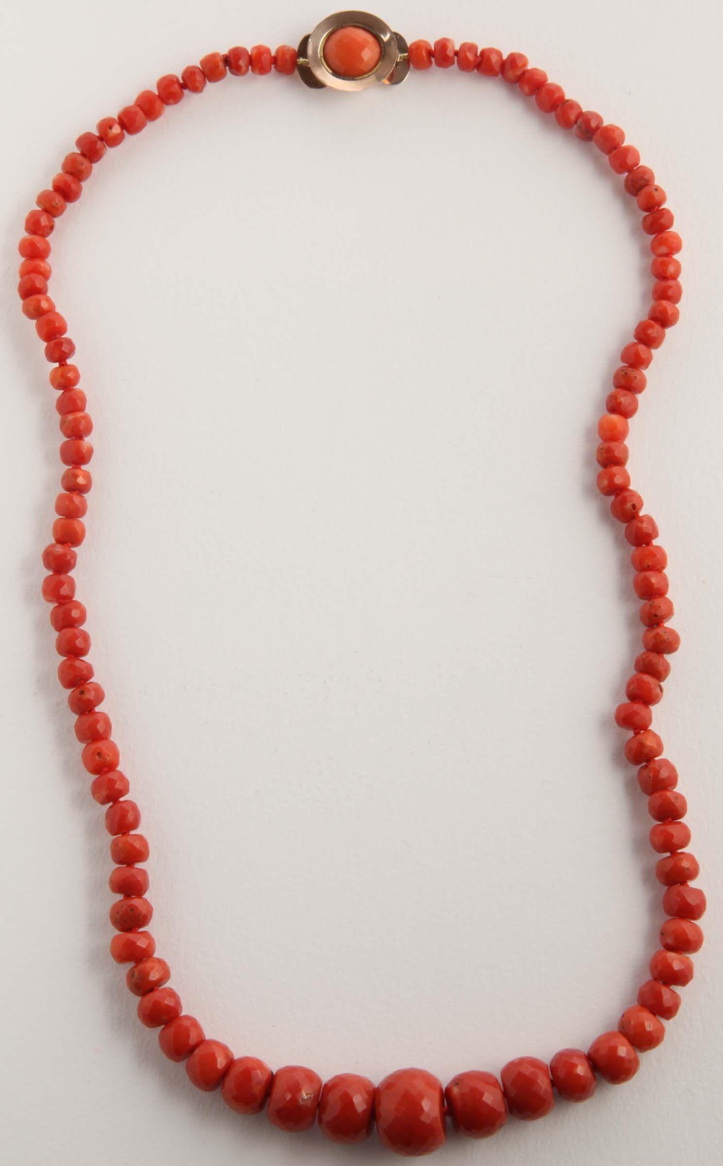Collana con boules degradanti di corallo rosso