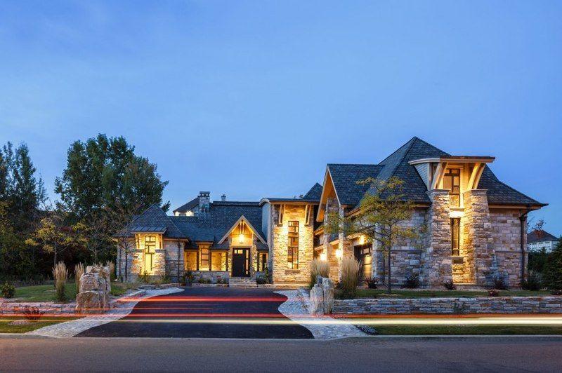 Somptueux mélange de pierre bois et métal pour cette maison canadienne
