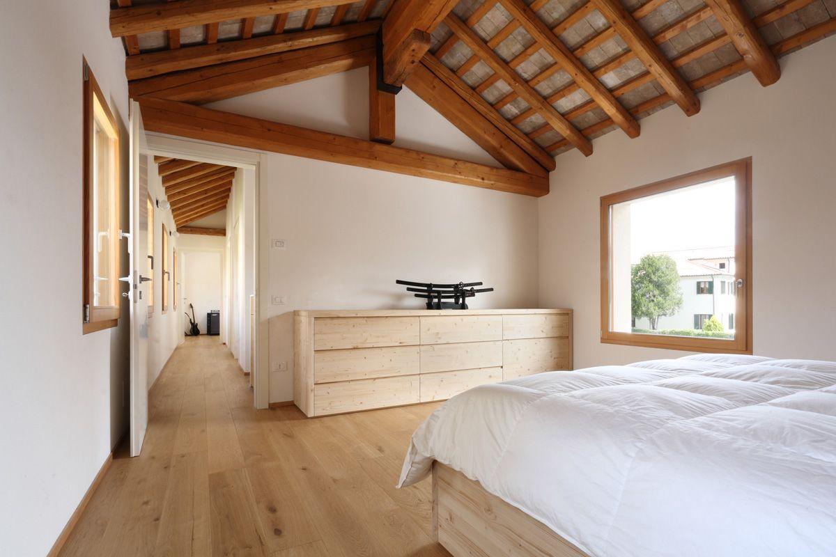 Finestre one e scuri casale in legno di larice spazzolato e mordenzato basso pavin travi - Finestre in legno bianche ...