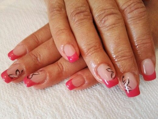 Nail Art Con French Corallo E Farfalle Stilizzate Nere E Rosa Su Anulare E Medio Nail Art Anulare Unghie Gel Rosa