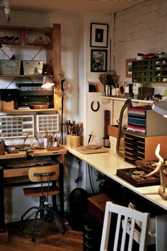 Jessica Barensfeld's working space... whith a horseshoe! :)