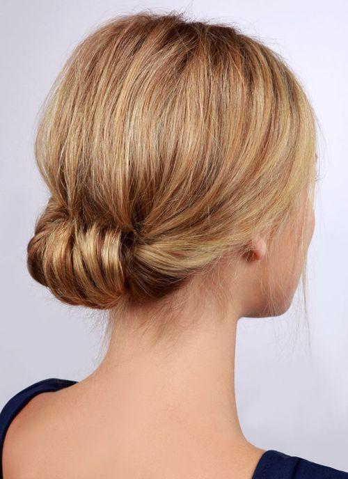 chignon classique roulé mariage   Coiffure facile, Cheveux mi long, Chignon cheveux mi long