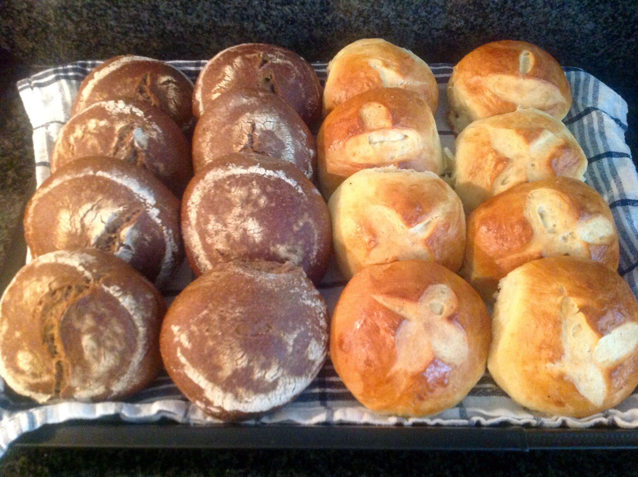 bruine bollen en zoete vanillebroodjes Recept staat op: https://www.facebook.com/kokenenbakkenmetmarion/