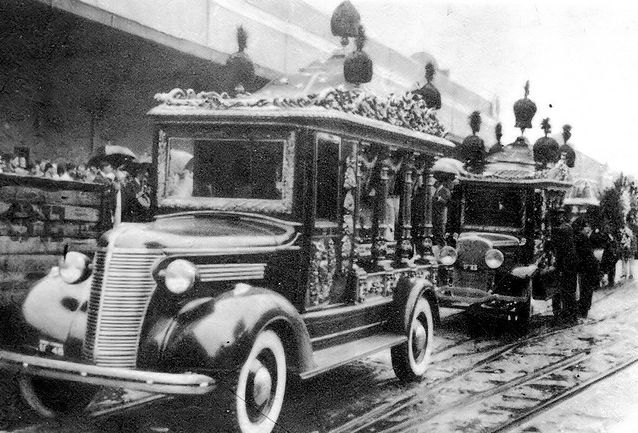 O da frente é um Chevrolet 1938. e o de trás um Fordinho 1931!