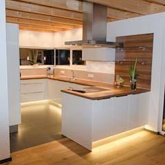 Einfamilienhaus mit doppelgarage: küche von hauptvogel & schütt planungsgruppe,modern #bedroomdesignminimalist