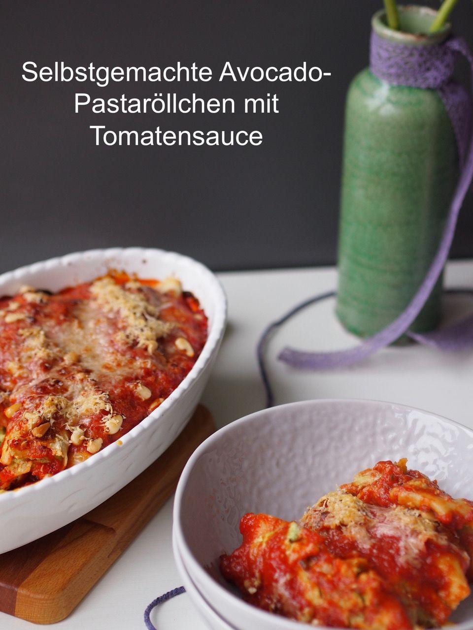 Lecker vegetarisch: selbstgemachte Avocado-Pastaröllchen mit Tomatensauce | Das Rezept gibt's auf www.sarahs-greenfield.blogspot.com