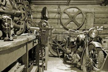 moto vintage: Deux motos et des outils dans le vieux garage.