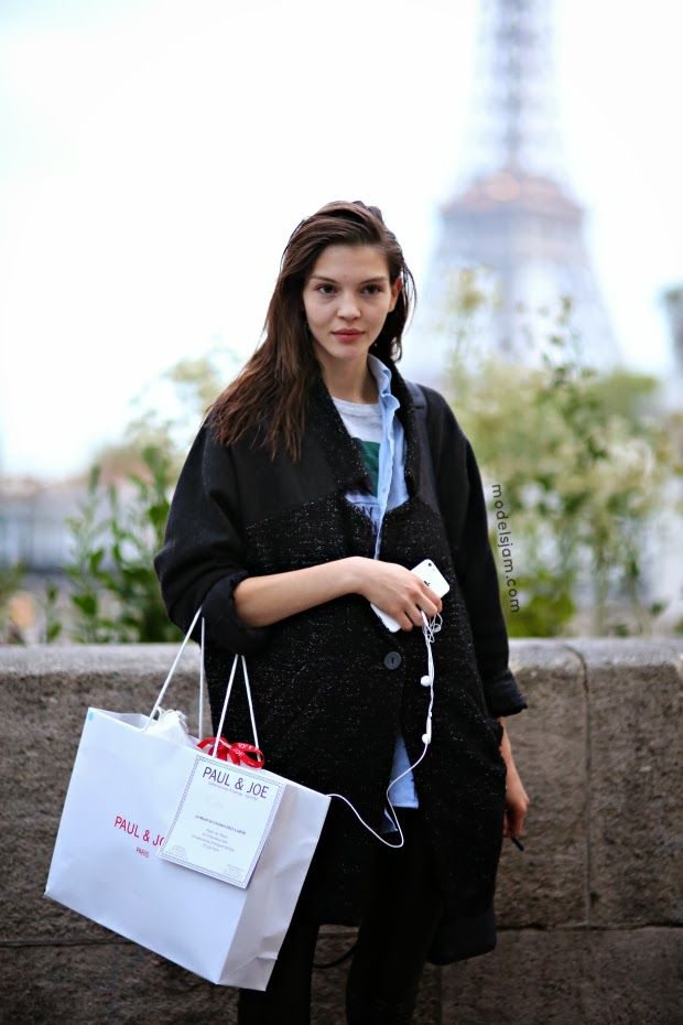 #KateBogucharskaia throwing some pretty around #offduty in Paris.