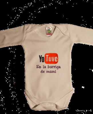 a324e2e01 Este body original de bebe les encantará a las mamis. Jugando con el logo de