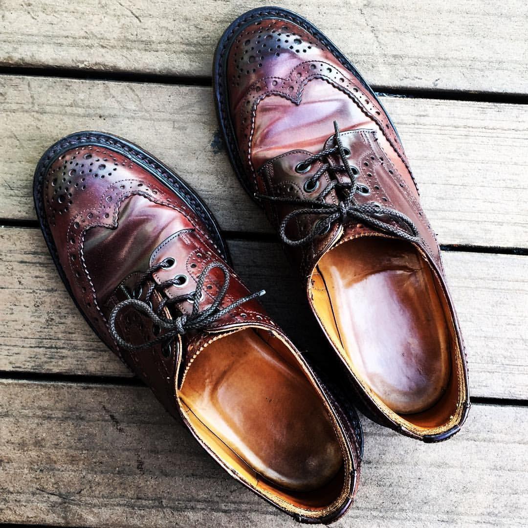 #hb別注 #trickers #fullbrogue #horween #shellcordovan #cordovan #コドバン倶楽部 #短靴倶楽部 #今日の短靴 #今日の足元 #足元倶楽部 #足もと倶楽部 #OTTD  かれこれ15年以上前に、ハイブリッジ・インターナショナルというショップが、ホーウィンからB級品のコードバンを買って、トリッカーズに持ち込み、ムリやり作らせた一品(笑) ある意味レアですね★ 今でこそコードバンの靴はありふれてますが、ひと昔前はオールデン、アレン エドモンズ、フローシャイムくらいしかあまりやってなかったと思います。これはホーウィンがオールデン以外にはあまり供給しないっていうスタンスだったのが影響しているみたいですね。 当時どうしてもトリッカーズのコードバンが欲しくて、トレーディングポストにしつこくお願いしましたが、結局断られてしまいました(笑)トリッカーズはコードバンをやらないっていうスタンスだったみたいですf^_^;) 時代は変わりますね。。。 そんな折に偶然出逢ったのがコイツ♪ これからも長い付き合いになりそうです★