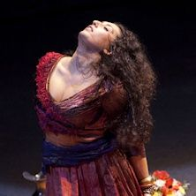 Una Carmen libera, laica e ribelle, immersa in un mondo mediterraneo fatto di degrado grigio e polveroso, agghindato con arredi sacri, ex-voto e squarci rosso sangue. Al Teatro La Scala dal 22 marzo al 16 giugno!