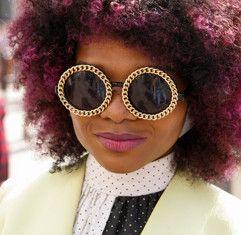 QUADROS EMBELEZADA - A utilização corajoso, brincalhão de materiais marca uma grande mudança na eyewear nesta temporada. O que costumava ser guarnição novidade é elevado a estilos de moda, como óculos torna-se um ponto focal para o rosto.