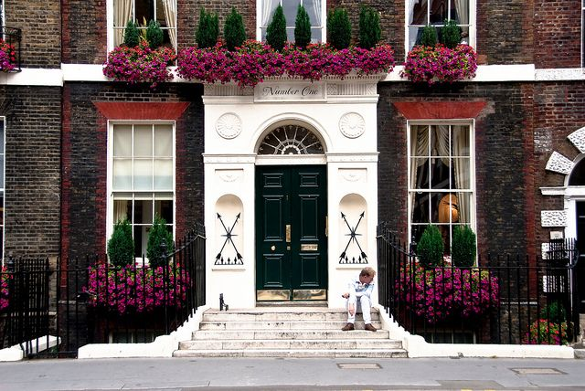 London I just love the second story flowers and boxwoods
