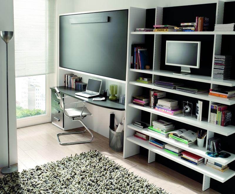 reducido espacio con cama plegable para invitados y amplia zona de ...