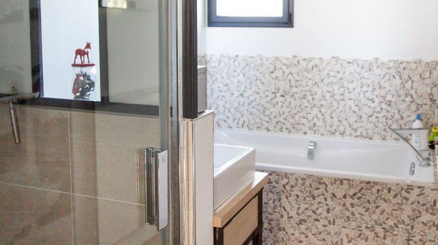 Petite salle de bains zen et moderne de 6m2 maison petite salle de bain petite salle et for Amenagement sdb 6m2