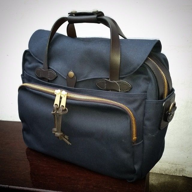 Lækker Filson taske  find den i udvalgte Butler butikker eller på Butler.dk husk vi har fri fragt  #butlerdk#freeshipping#onlineshopping#fashion#mensfashion#back#filson#filsonbag