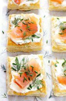 Cuadros de masa de hojaldre con salmón, queso crema y hierbas