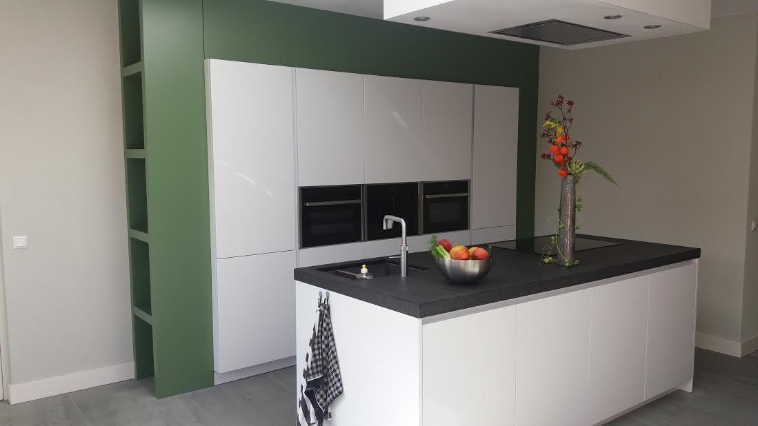 Extreem witte hoogglans keuken, dik antraciet blad met MDF ombouw in calke HM91