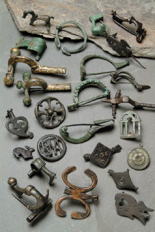 roman fibulae: clasps or brooches for fastening garments (like a safety pin)