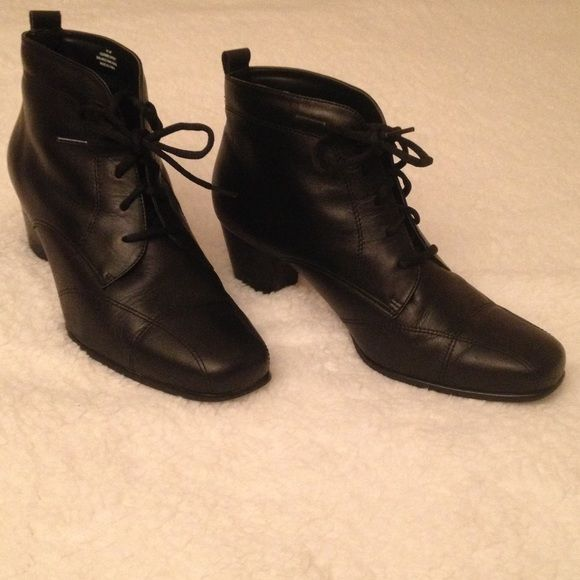 Leather David Tate ankle boots w/lace ties 9 1/2 Wide black leather ankle boots with traction rubber soles. 5 hole lace closure with pull tab at back for easy-on. 2 inch heel. Great condition. Shoes Ankle Boots & Booties