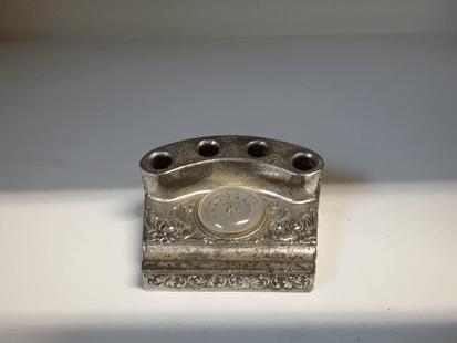 Vanha kynäteline lämpömittarilla