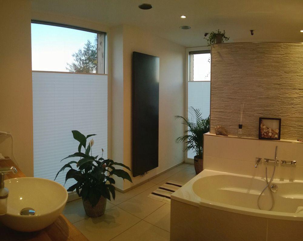 Badezimmer Sichtschutz Plissee Von Sensuna Pleated Blind In A Bathroom By Sensuna Modern Badezimmer Badezimmer Ohne Fenster Fenster Plissee Badezimmer