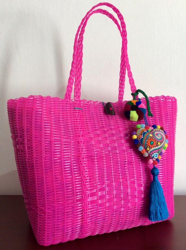 51c3c6cd7 Bolsa artesanal tejida en plástico color rosa con adorno de corazón bordado  a mano