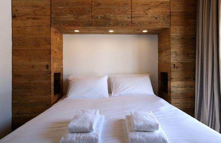 rangements en bois qui encadrent la t te de lit chambre parents bedroom armoire et guest. Black Bedroom Furniture Sets. Home Design Ideas