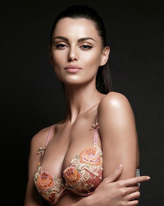 Uma boa lingerie pode fazer toda a diferença no look. E combinar os modelos de sutiãs com a blusa era uma tarefa difícil até as dicas deste post