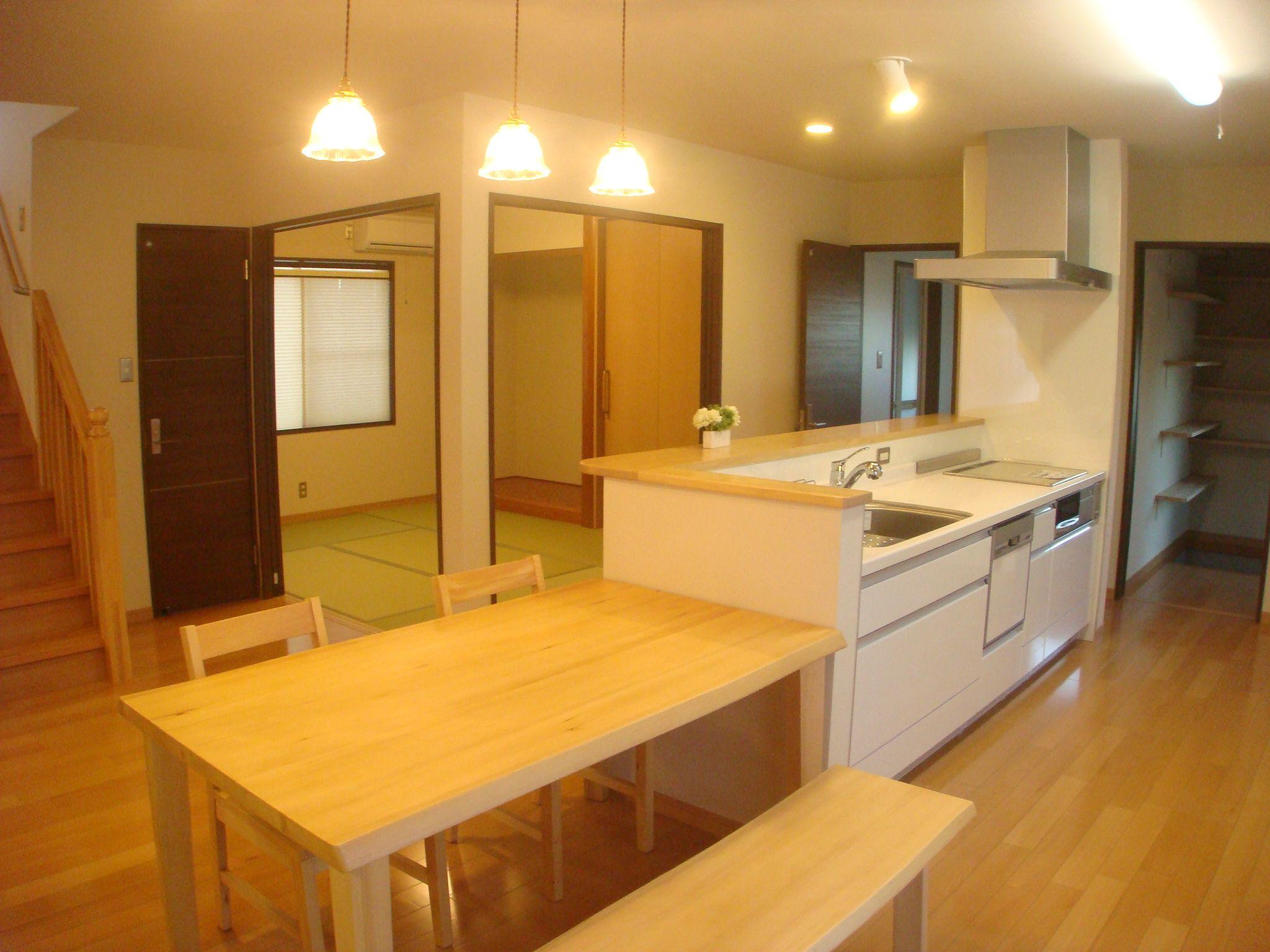 キッチン横奥にはパントリー ダイニングテーブルも並べて設置 空間の広がりと導線を配慮 ダイニング テーブル ダイニングテーブル