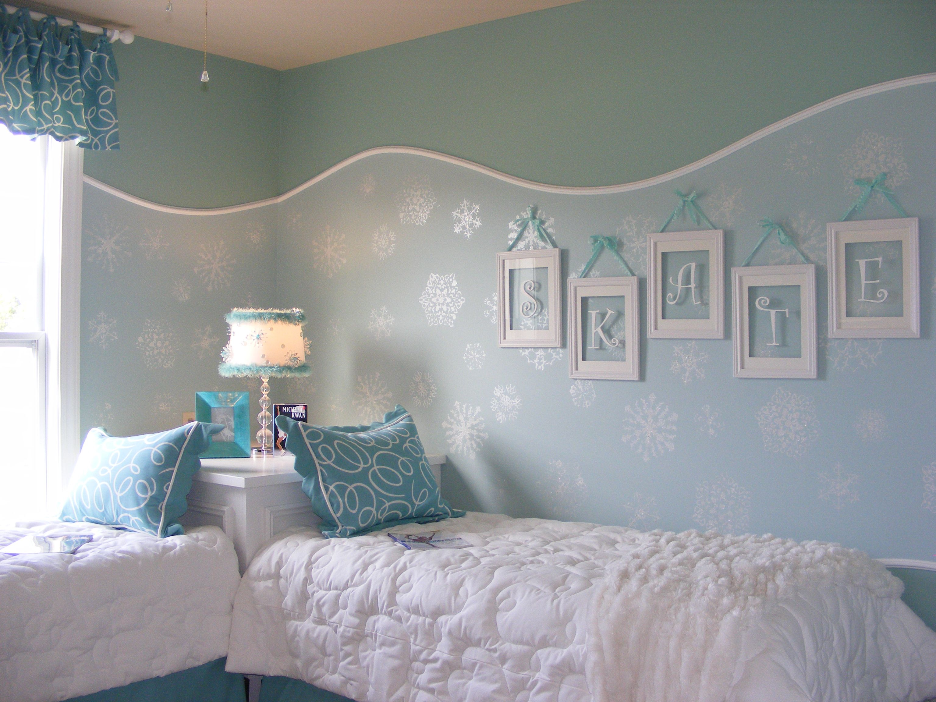 Frozen inspired bedroom - Frozen Girls Bedroom The The Curve Paint Border And The Name Instead Of Just Wood Stencil Letters In Simple White Picture Frames