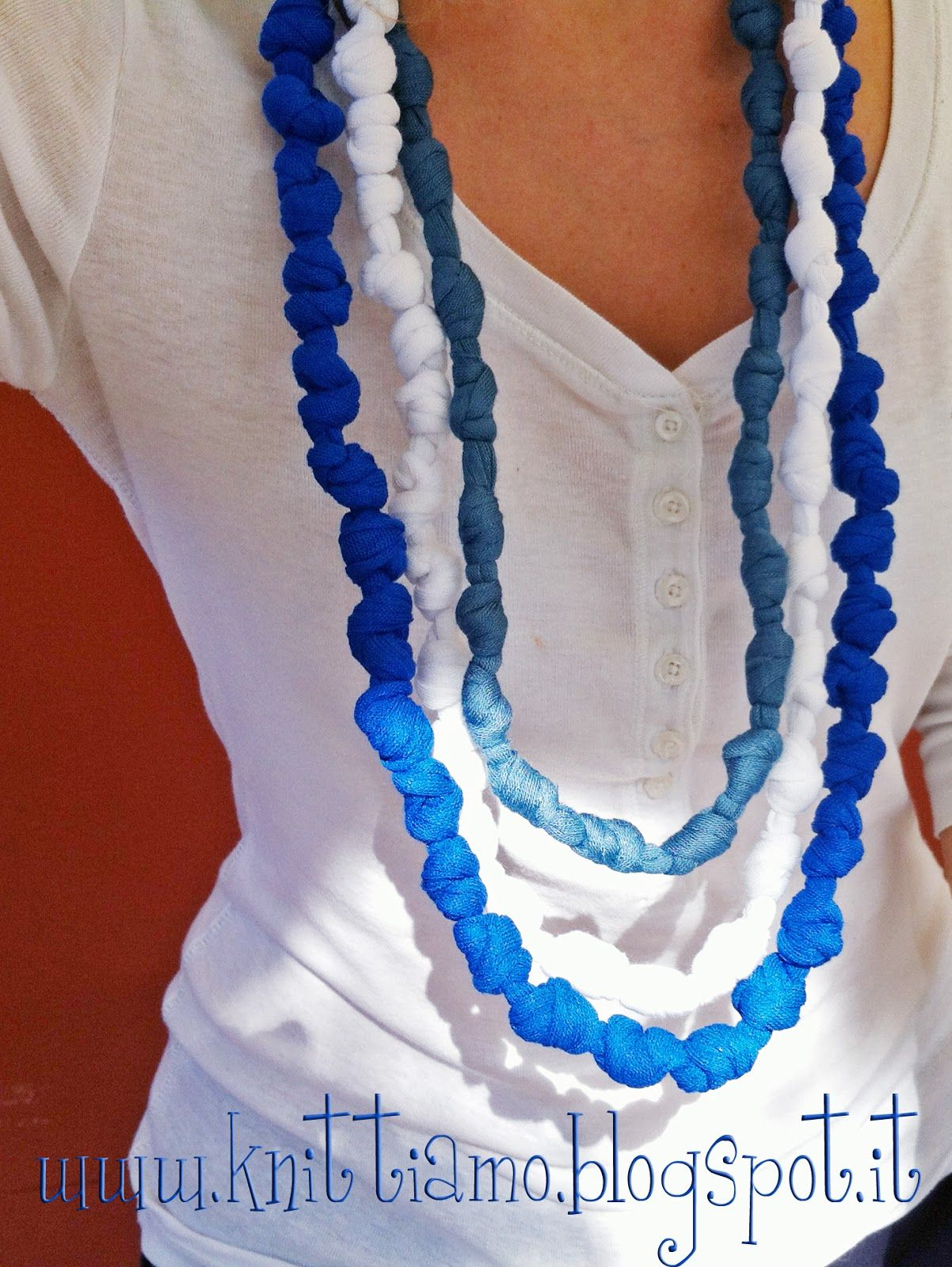 DIY Knotted Tshirt Yarn Necklace (tutorial in Spanish, but pictures easy to follow)