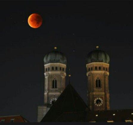 Roter Mond über München