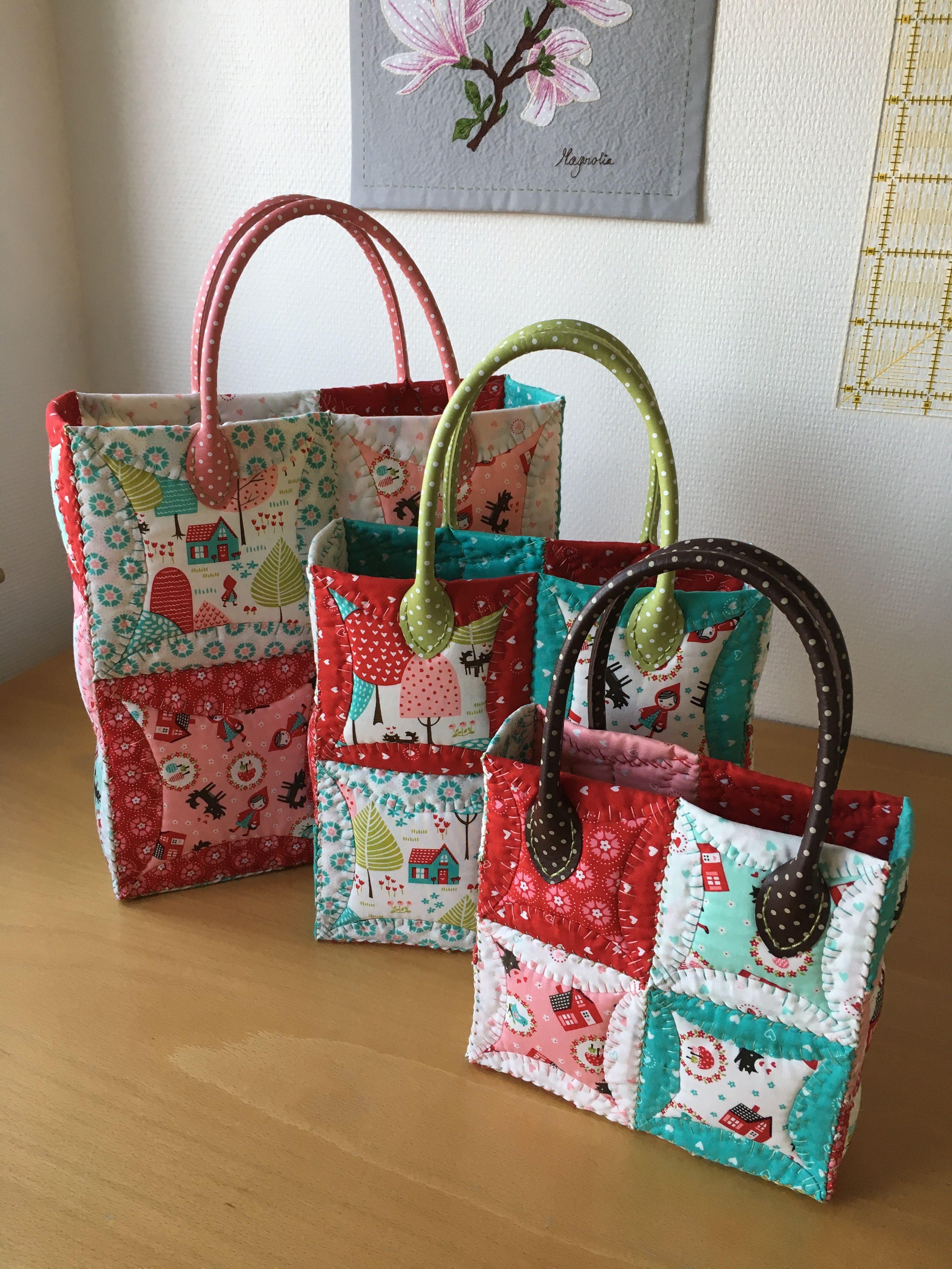 Tre sjove tasker syet 100% i hånden - japansk foldeteknik med Soft and stable inden i - quiltet med parallelle quiltesting i varierende længder, syet sammen med hollandsk kastning.