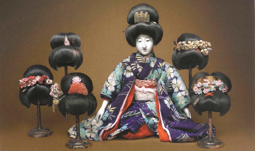 Cultura japonesa -  Muñeca de vestir articulada y acompañada de pelucas intercambiables.