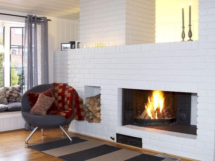 Ferdig malt peis tilpasset stuen. Fargen ser hvit ut, men er i en gråtone, NCS S 1002-Y.